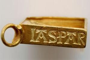 Золотой медальон (сбоку)